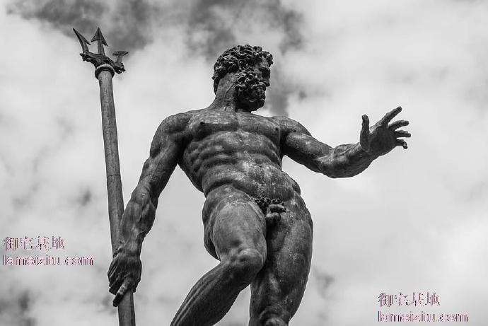 海王裸身雕塑