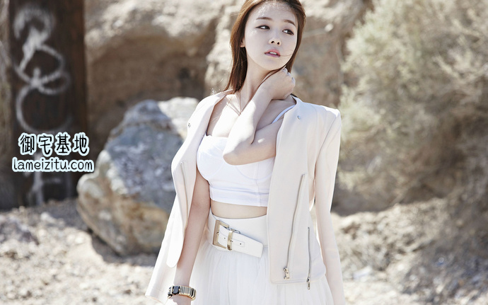 韩国女歌手方敏雅穿着白衣服