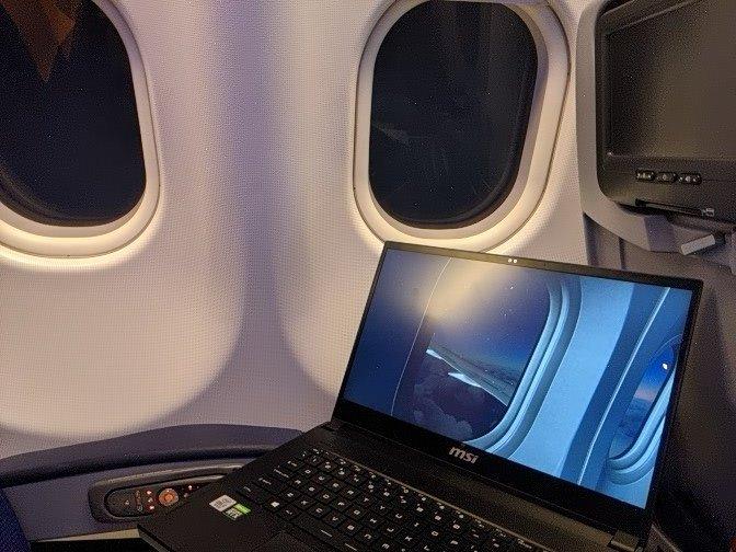 玩家边搭飞机边玩《模拟飞行》,验证拟真游戏是否够真实