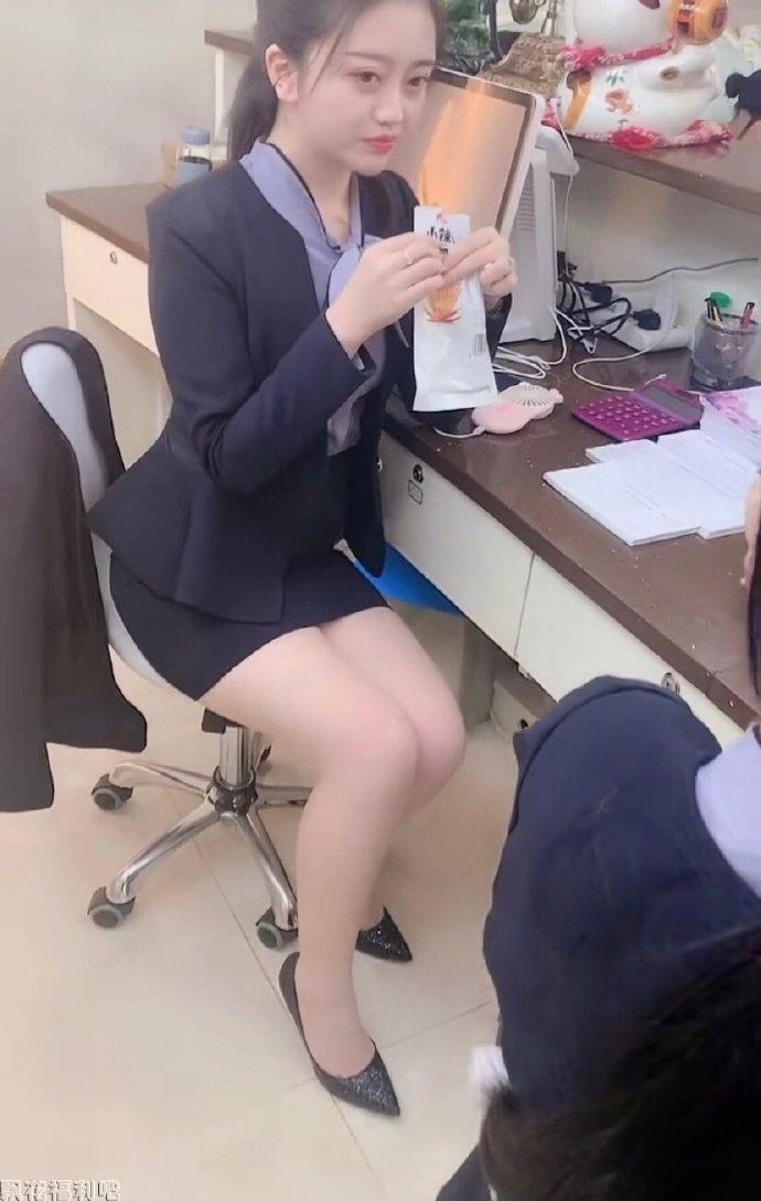 有个爱吃辣条的美女同事是什么感觉?