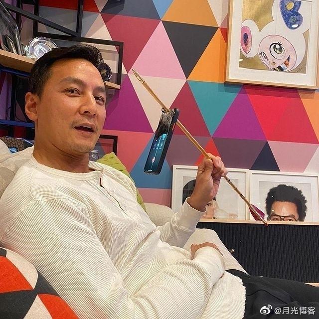 吴彦祖在Ins上展示iPhone 12在被弓箭射穿之后依然能够开机使用