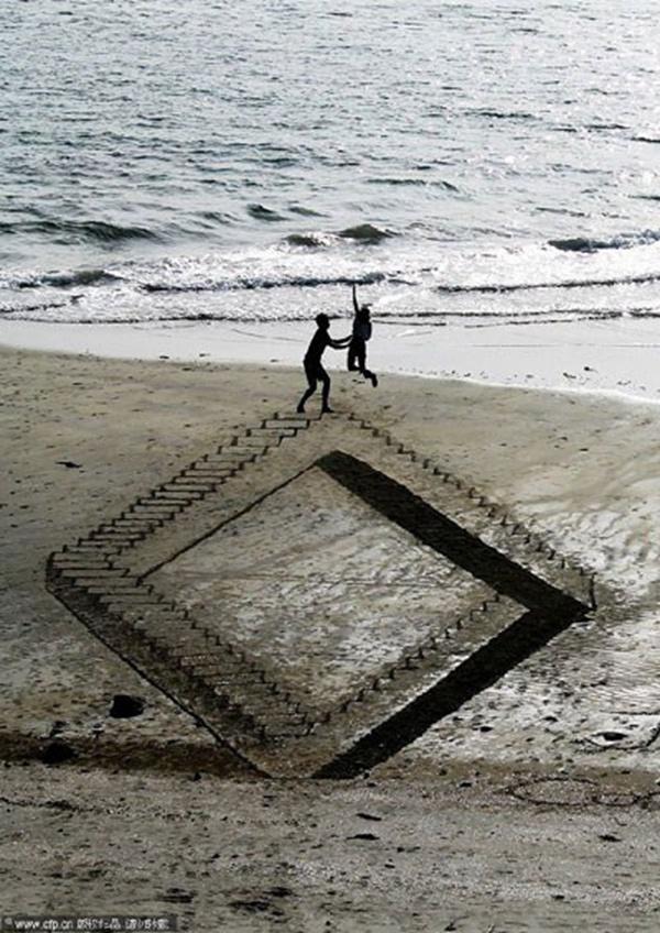 沙滩上扭转的阶梯