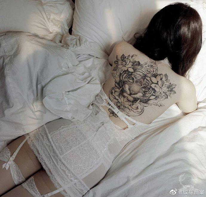 女生后背满身老虎头纹身图案