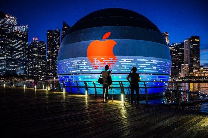 Apple Marina Bay Sands(滨海湾金沙),这也是全球唯一一家建在水面上的 Apple Store