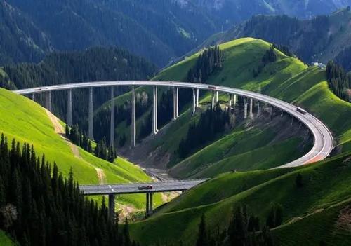 伊犁果子沟大桥像极了科幻片