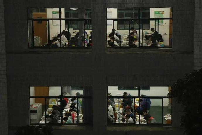 清北学生挺进教育培训,年薪200万,称消费母校感觉羞耻