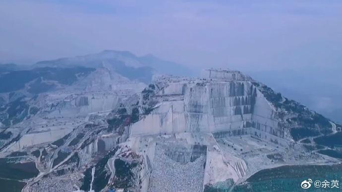 湖北麻城的巨型采石场,蔚为壮观