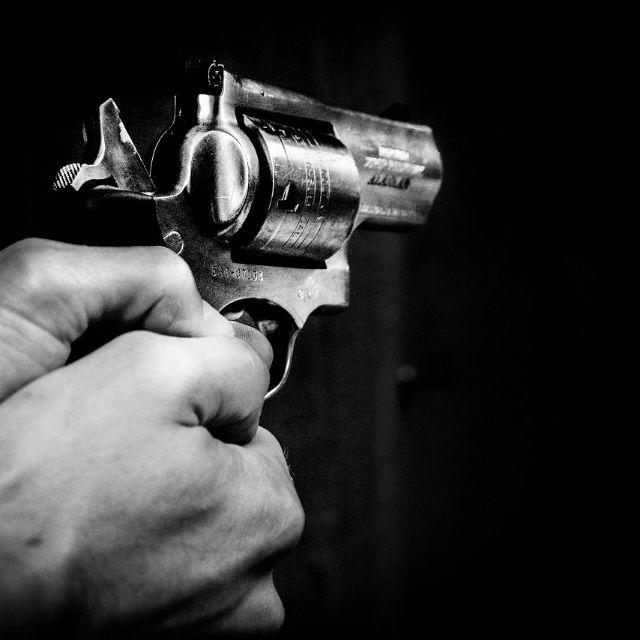 如果 A 拿枪逼着 B 杀死 C,那他们分别要负什么法律责任?
