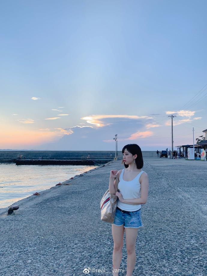 妹子图@real__yami 沙滩上那一抹靓丽的风景线 liuliushe.net六六社 第9张