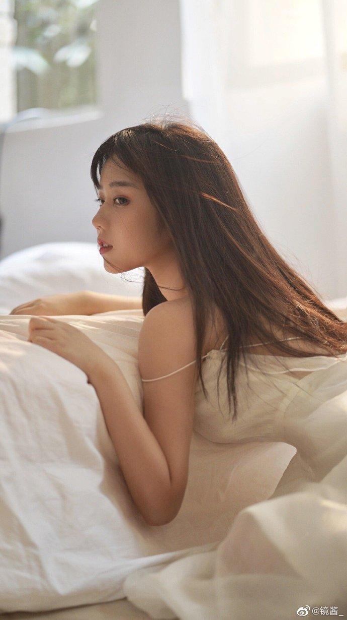 晨安,少女。在风吹干你的散发,在阳光照进你的眼睛时