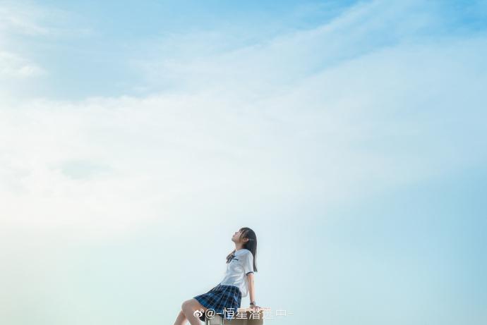 吹过透明的风 侧耳倾听 青蓝色星辰奏鸣的声音