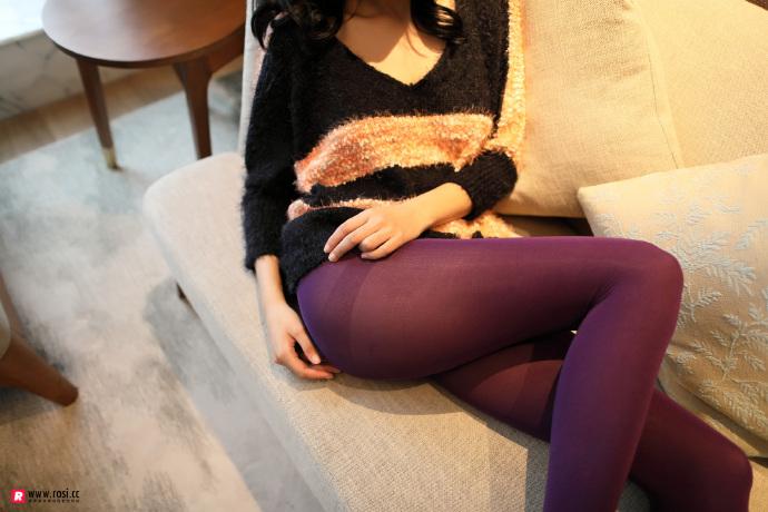 V领毛衣妹子居家沙发上无内紫丝裤袜透视写真 无圣光组图 图2