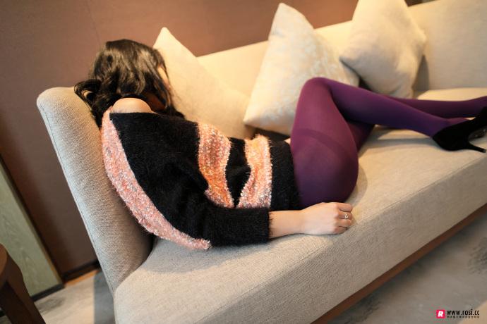 V领毛衣妹子居家沙发上无内紫丝裤袜透视写真 无圣光组图 图10