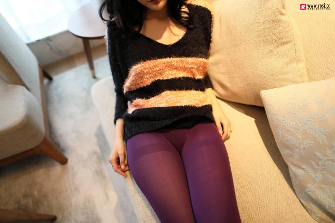 V领毛衣妹子居家沙发上无内紫丝裤袜透视写真 无圣光组图 图5