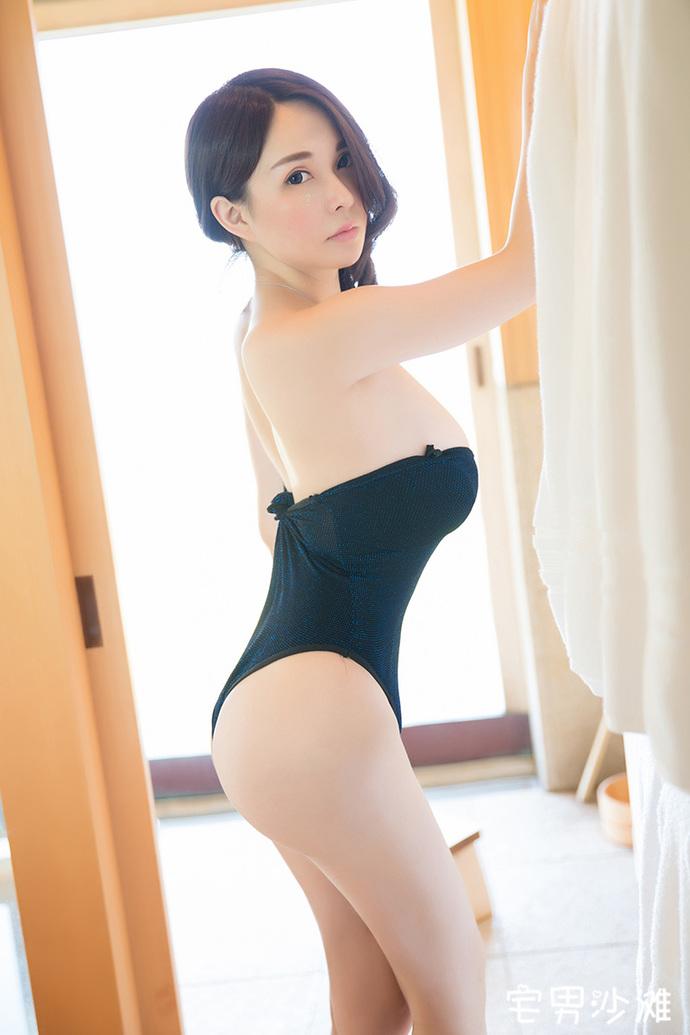 【美女写真】肌肤白嫩的模特沈蜜桃,在浴室秀丰满上围