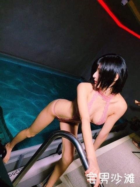 拥有F罩杯巨乳的性感写真女星「彩川ひなの」,游走在暴露边缘的高颜值偶像