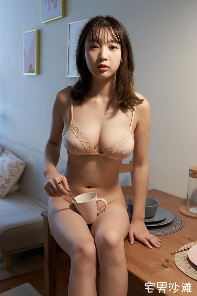 【美女写真】99年清纯美女「美绪」,肌肤白皙身材前凸后翘的模特写真