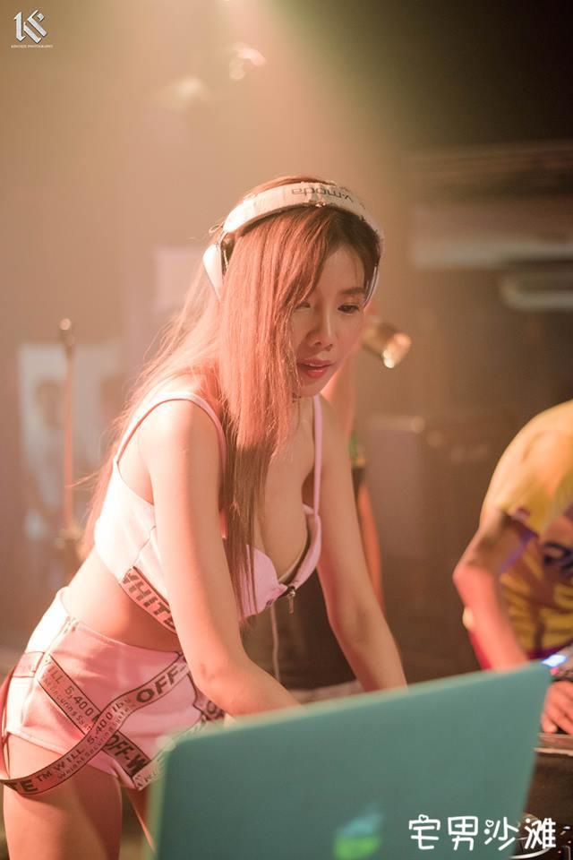 泰国卖肉老板娘「ทรัพยสร โพธิราช」,身穿低胸装卖肉秀身前巨乳