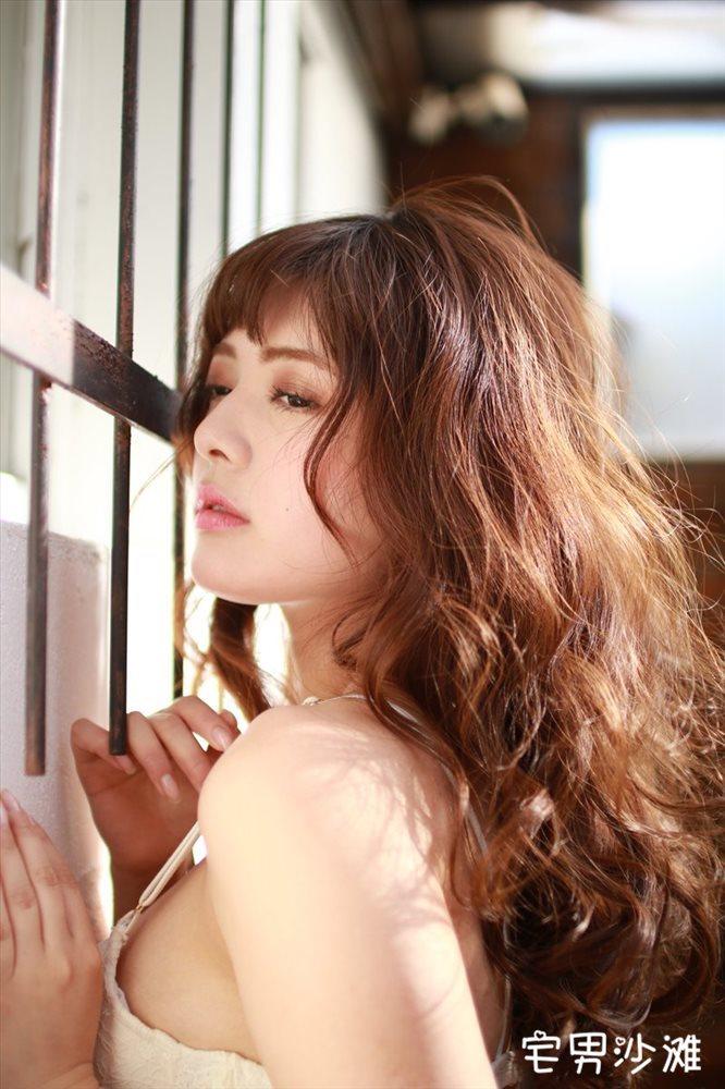 日本人妻「MEGMY」,长相精致身材火辣,个人写真秀巨乳性感撩人