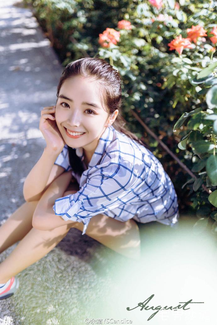 电竞美女主持「余霜YSCandice」,如沐春风的外貌,赛场彩蛋的甜美笑容