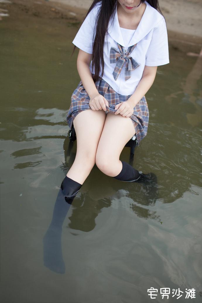 【妹子图】穿黑丝袜的JK制服小姐姐在河边玩水,黑丝全都湿了