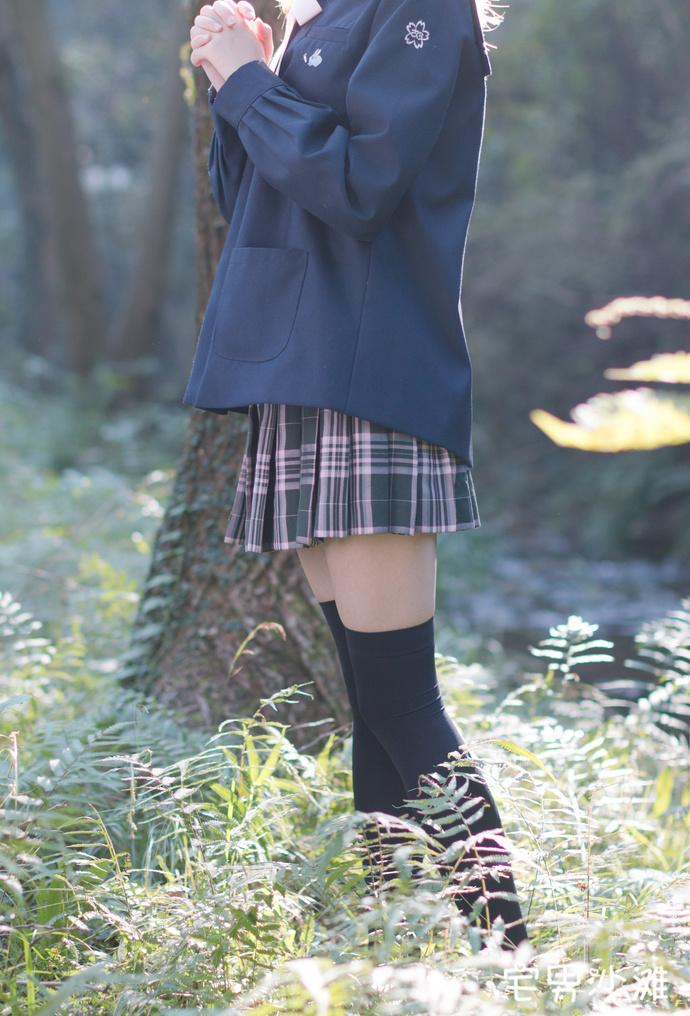【妹子图】JK制服学生妹野外黑丝美腿福利写真