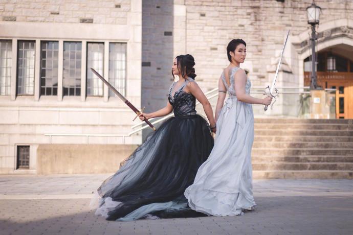 两个女孩子在她们的婚礼上执手仗剑,太帅了! 涨姿势 第2张