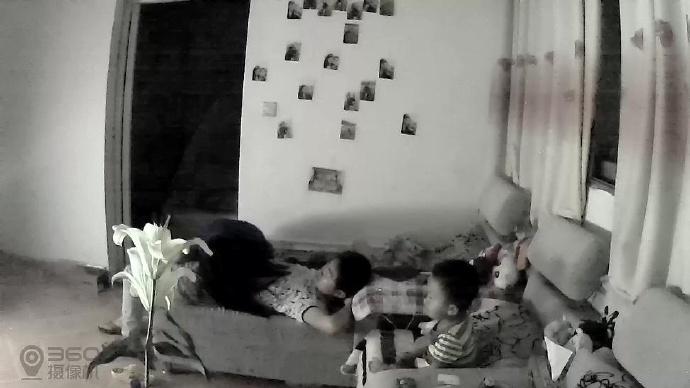 家庭实况360监控拍婆娘兽性大发当着儿子的面亲他下面坐上去扭