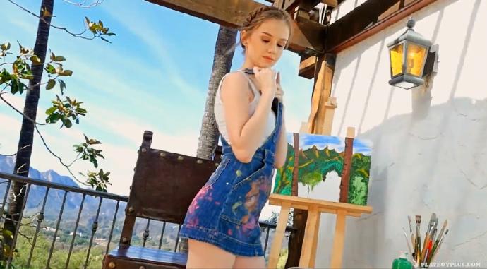 极品女神模特艾米莉在风景宜人的郊外凉亭里用水彩在自己全裸的身体上绘画太诱人了