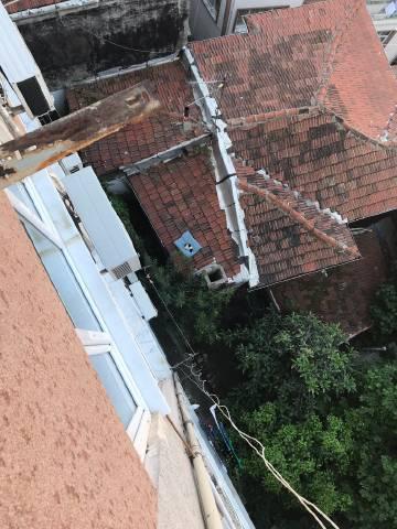 狗狗的枕头掉到了下面的屋顶上...