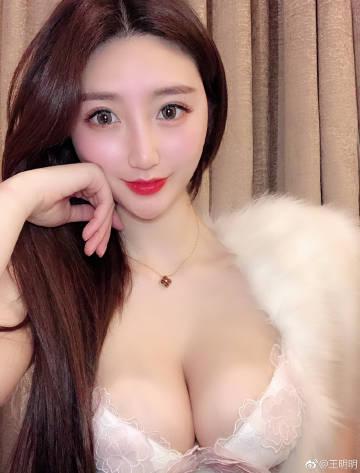 胸模大赛冠军王明明展示大胸也可以买到性感又舒服的内衣