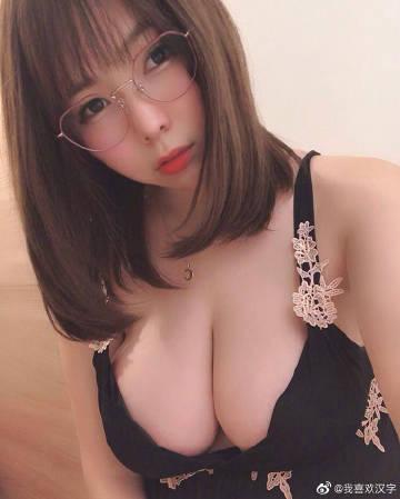 性感少妇黑色低胸吊带衫秀豪乳 曲线玲珑尽显诱惑