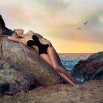 靠在岩石上的比基尼美女大胆人体艺术照图片